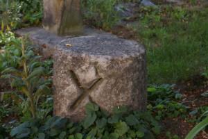 Granitowy walec ze znakiem ukośnego krzyża - Będkowice