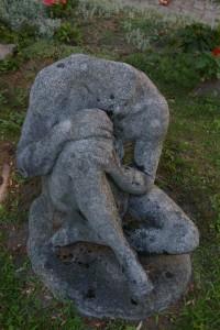 Postać siedząca - odlew z lastriko - rzeźba parkowa