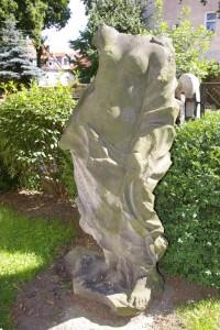 """Kamienna rzeźba parkowa """"Leda z łabędziem"""""""