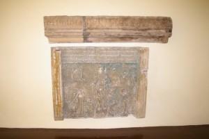Góra: element architektoniczny ze zrujnowanej kamienicy z Sobótki; Dół: tablica epitafijna z grobowców książąt Schönaich-Carolath - Słupice
